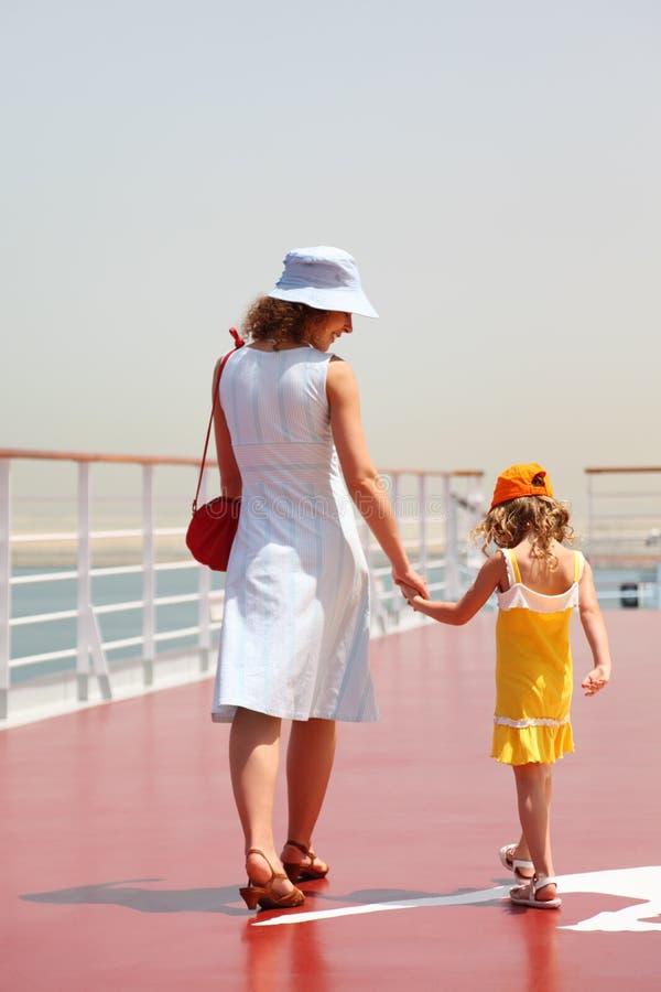 Moeder en dochter die op het dek van de cruisevoering lopen stock afbeeldingen