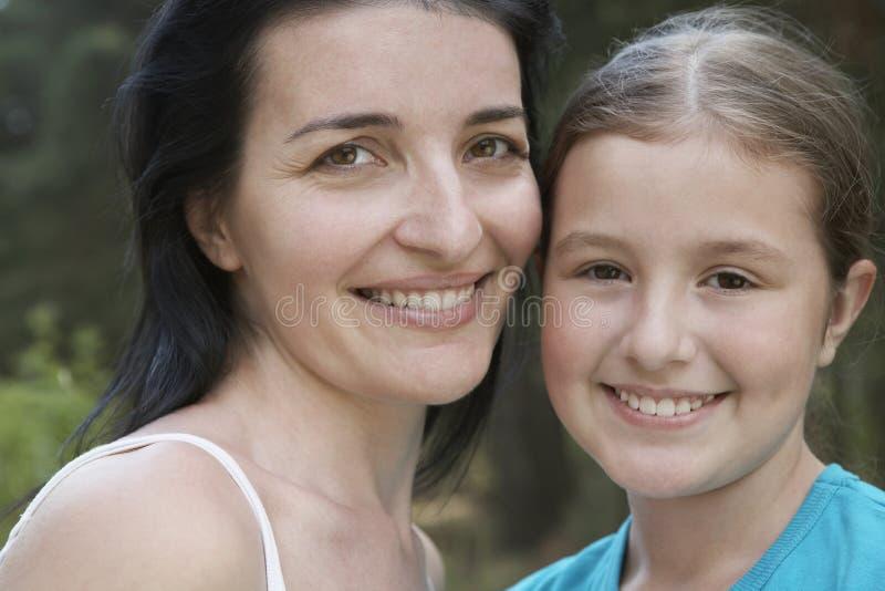 Moeder en Dochter die in openlucht glimlachen royalty-vrije stock foto