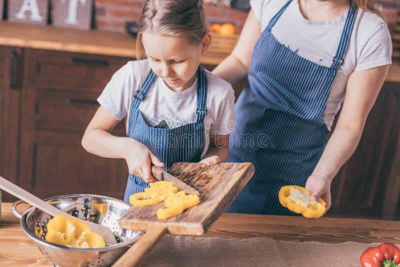 Moeder en dochter die plantaardige salade koken royalty-vrije stock afbeeldingen