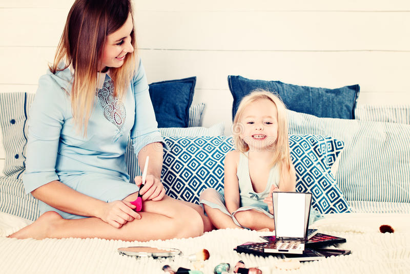 Moeder en dochter die pret hebben stock foto's