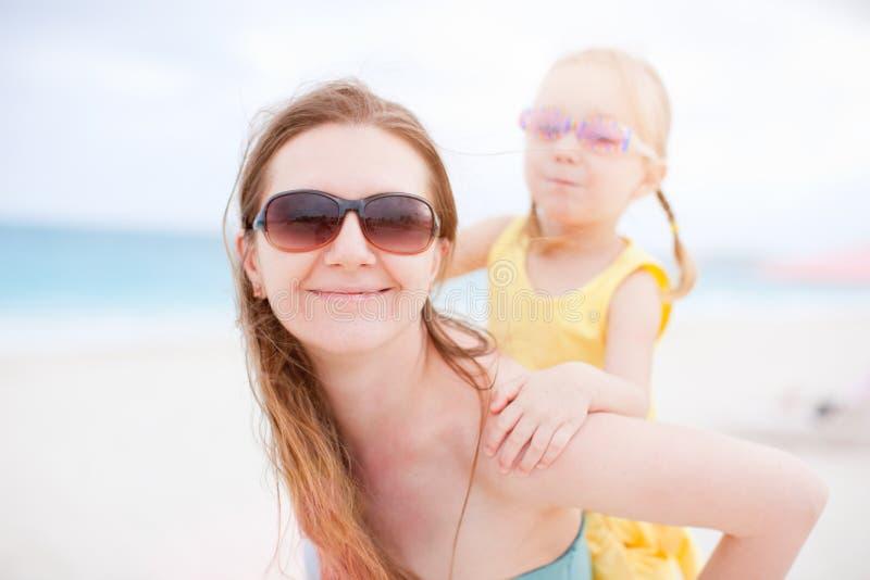Moeder en dochter die pret hebben in openlucht royalty-vrije stock fotografie