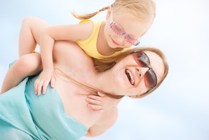 Moeder en dochter die pret hebben in openlucht stock afbeeldingen