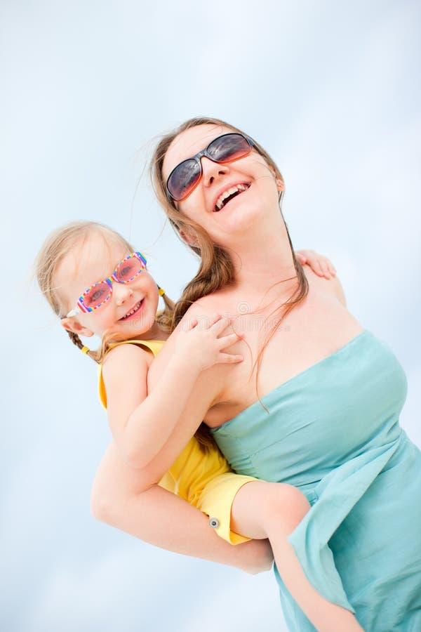 Moeder en dochter die pret hebben in openlucht royalty-vrije stock afbeelding