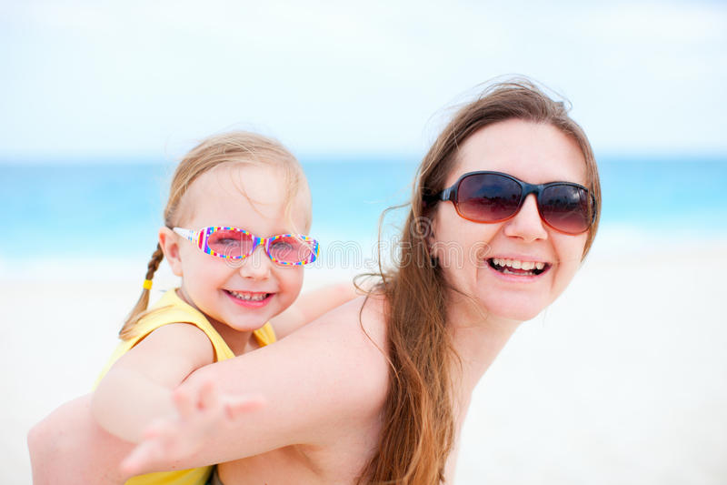 Moeder en dochter die pret hebben in openlucht royalty-vrije stock foto