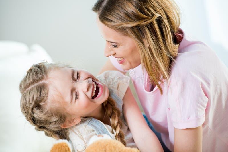 Moeder en dochter die pret hebben samen thuis royalty-vrije stock foto