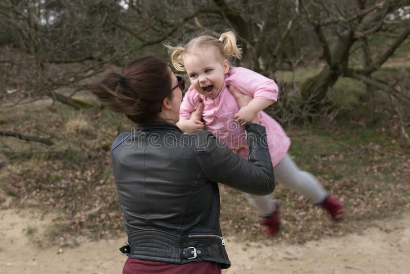 Moeder en dochter die pret in het bos hebben royalty-vrije stock afbeeldingen