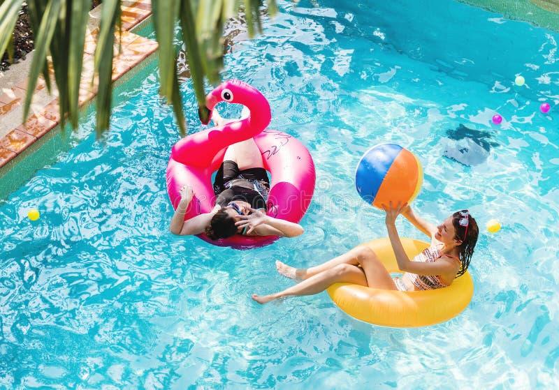 Moeder en dochter die pret in het zwembad hebben stock foto's