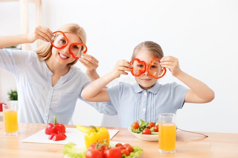Moeder en dochter die salade maken royalty-vrije stock foto's
