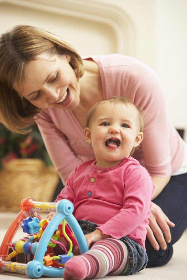 Moeder en Dochter die samen spelen stock afbeelding