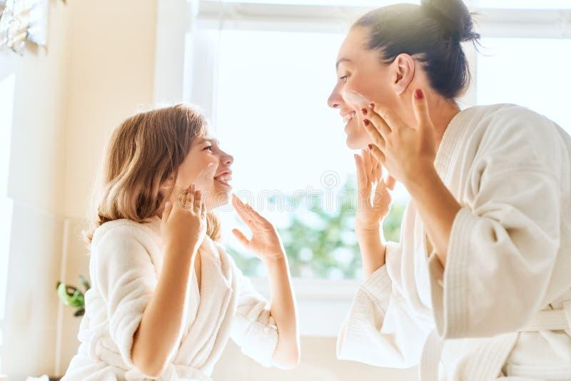 Moeder en dochter die voor huid geven stock afbeeldingen
