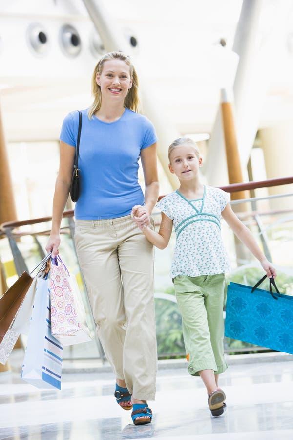 Moeder en dochter die in wandelgalerij winkelen royalty-vrije stock foto's