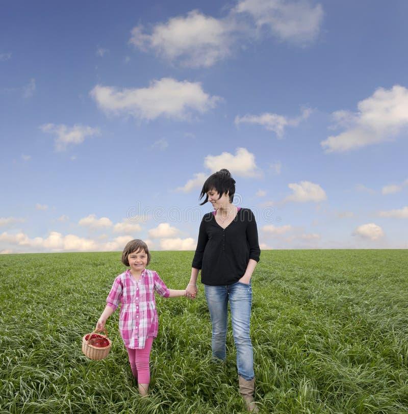 Moeder en dochter in weide stock foto