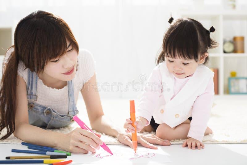 Moeder en dochter die zich samentrekken stock afbeelding