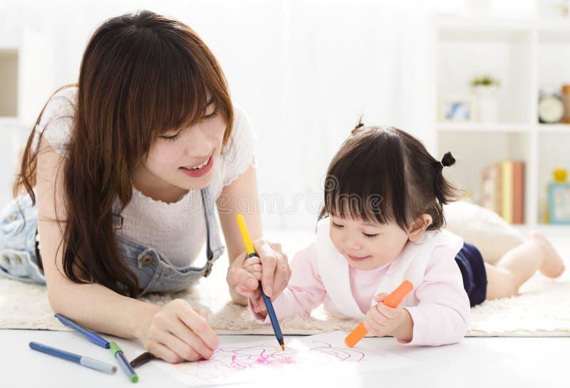 Moeder en dochter die zich samentrekken stock fotografie