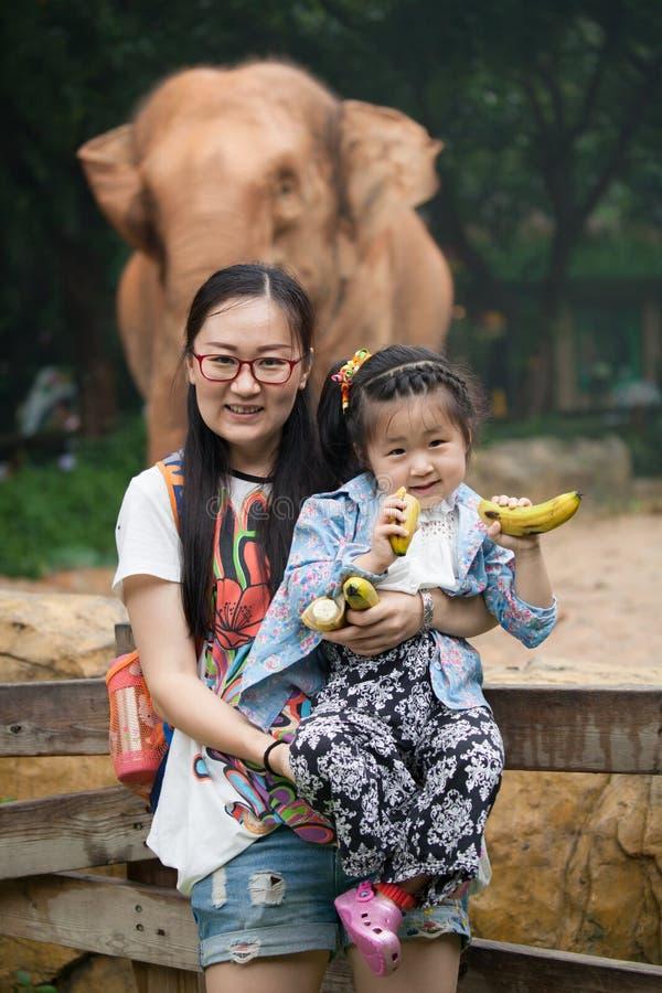 Moeder en dochter in dierentuin stock foto
