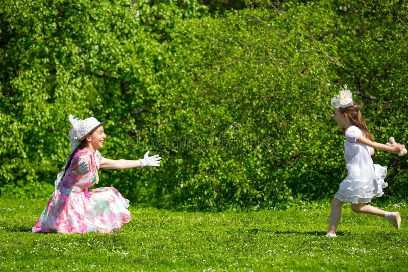 Moeder en dochter in een de zomerpark royalty-vrije stock afbeelding