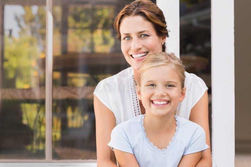 Moeder en dochter het glimlachen stock foto's