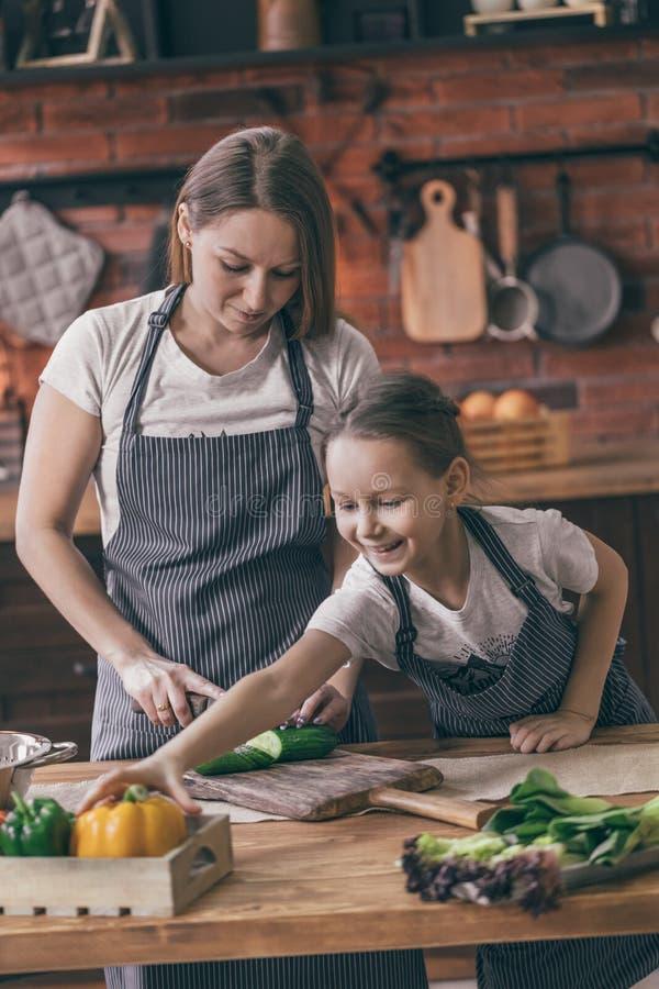 Moeder en dochter het koken royalty-vrije stock foto's