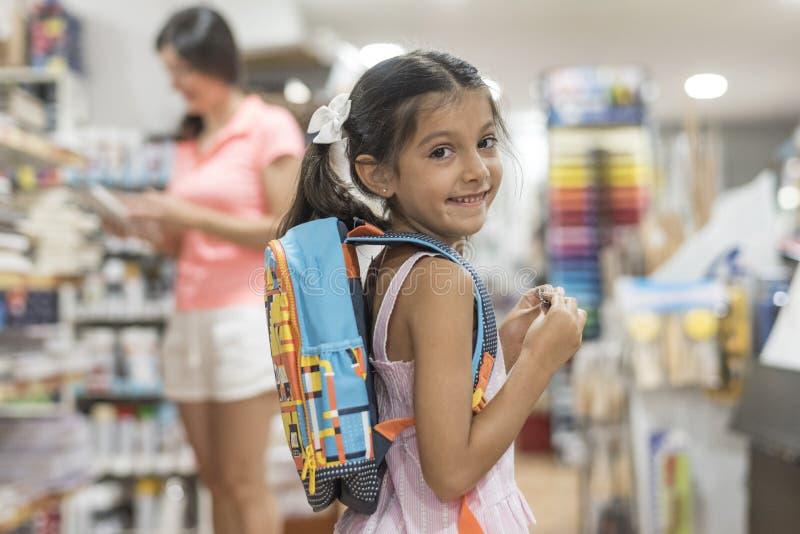 Moeder en dochter het kopen schoollevering die naar school voorbereidingen treffen terug te keren royalty-vrije stock afbeeldingen