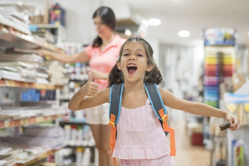 Moeder en dochter het kopen schoollevering die naar school voorbereidingen treffen terug te keren royalty-vrije stock foto's