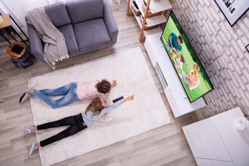 Moeder en Dochter het Letten op Televisie stock afbeelding