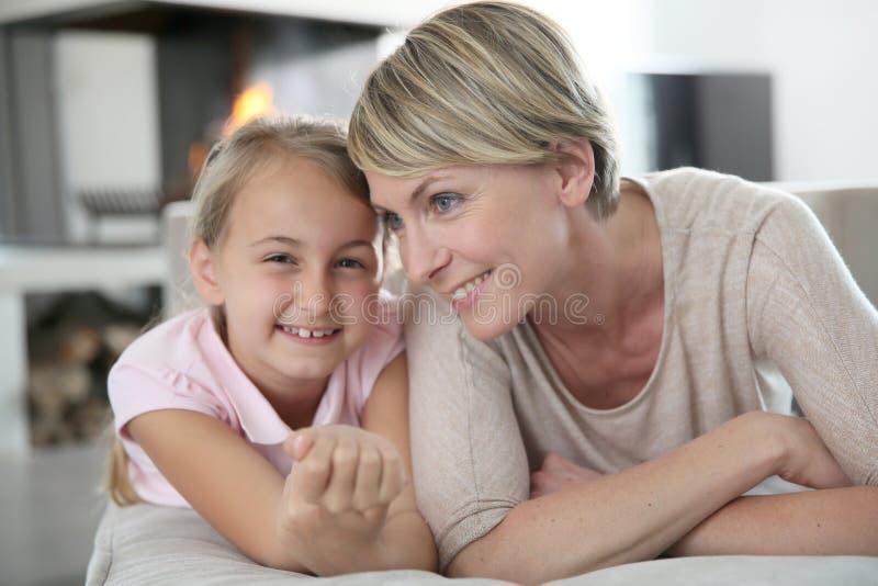 Moeder en dochter het ontspannen op laag royalty-vrije stock foto