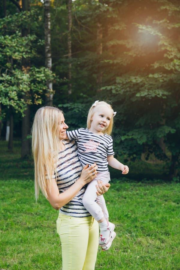 Moeder en dochter het spelen in de weide royalty-vrije stock fotografie