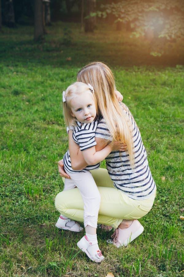 Moeder en dochter het spelen in de weide royalty-vrije stock foto's