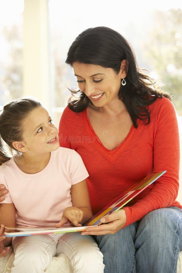 Moeder en Dochter het Spelen Lezingsboek thuis stock afbeeldingen