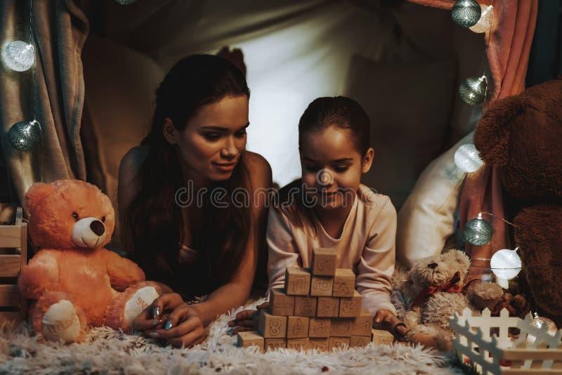 Moeder en Dochter het Spelen onder de Valse Tent royalty-vrije stock afbeeldingen
