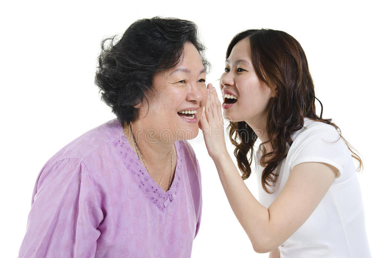 Moeder en dochter het vertellen geheim royalty-vrije stock afbeeldingen