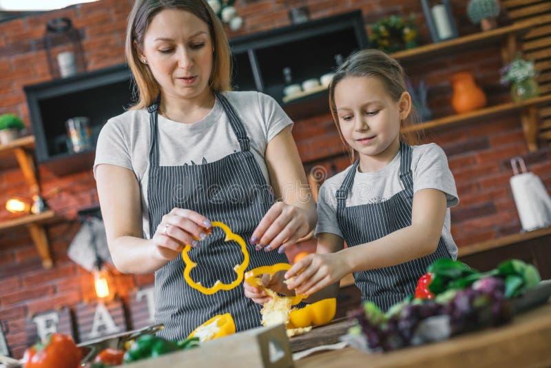 Moeder en dochter kokende salade royalty-vrije stock foto's
