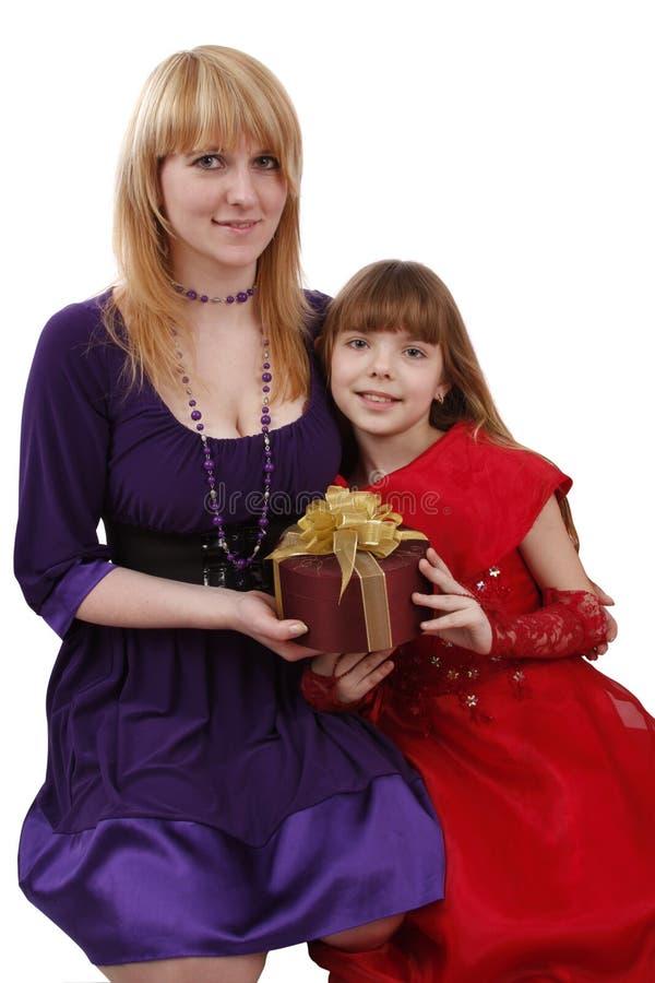 Moeder en dochter met gift. royalty-vrije stock foto's