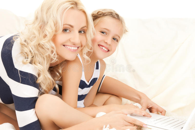 Moeder en dochter met laptop stock fotografie