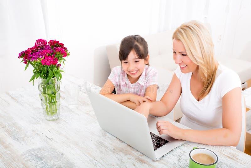 Moeder en Dochter met Laptop thuis royalty-vrije stock foto's