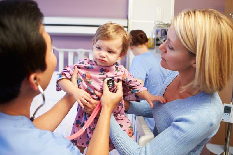 Moeder en Dochter met Personeel in Pediatrisch Ward Of Hospital royalty-vrije stock foto