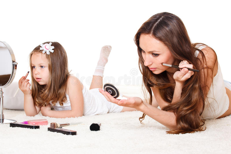 Moeder en dochter met schoonheidsmiddelen stock afbeelding