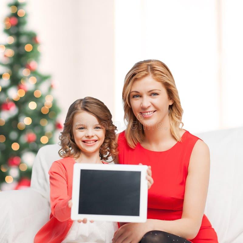 Moeder en dochter met tabletpc stock foto's