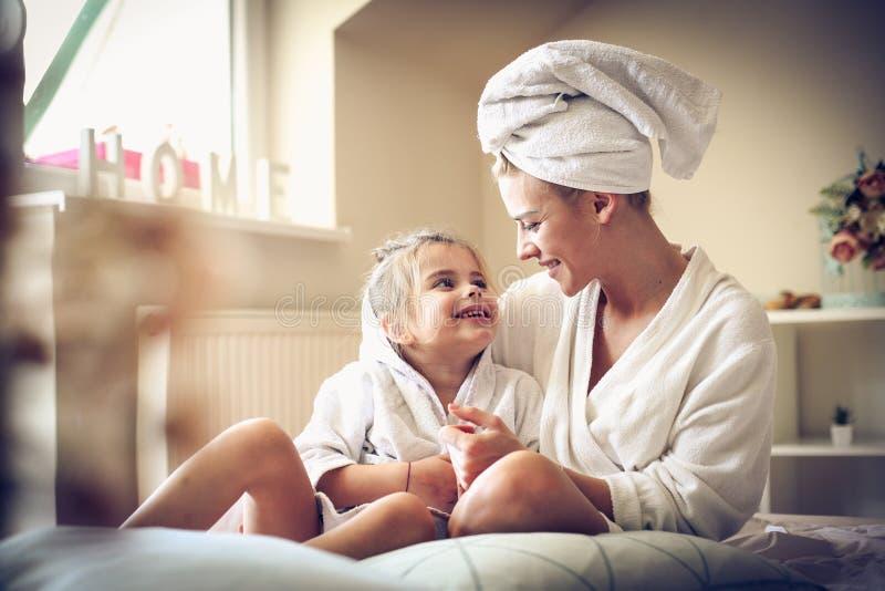 Moeder en dochter na de liefde van het badaandeel stock fotografie