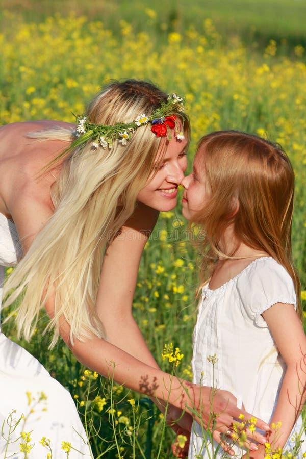 Moeder en dochter op aard stock afbeelding