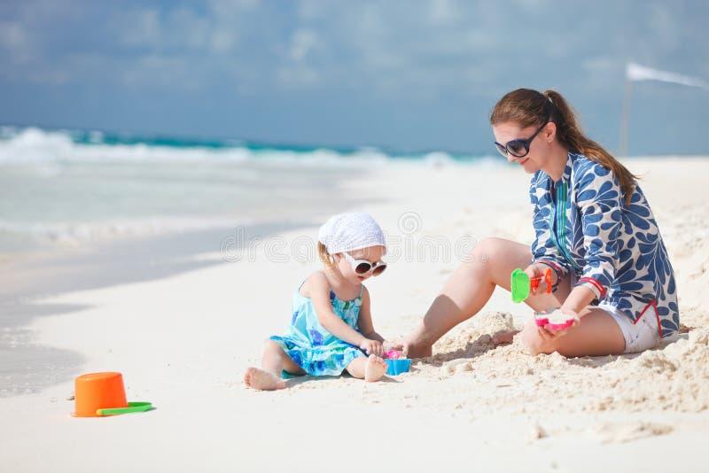 Moeder en dochter op vakantie stock foto