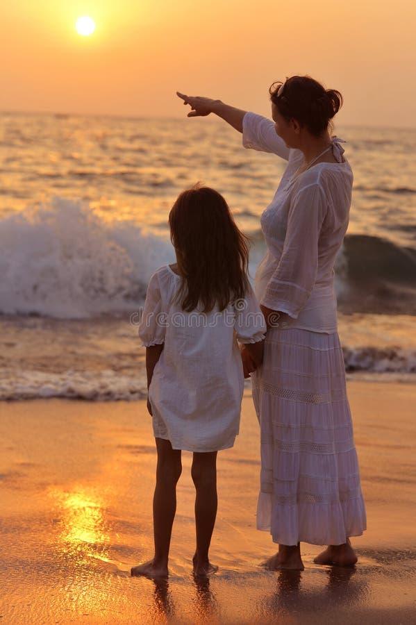 Moeder en dochter op zandig strand royalty-vrije stock fotografie