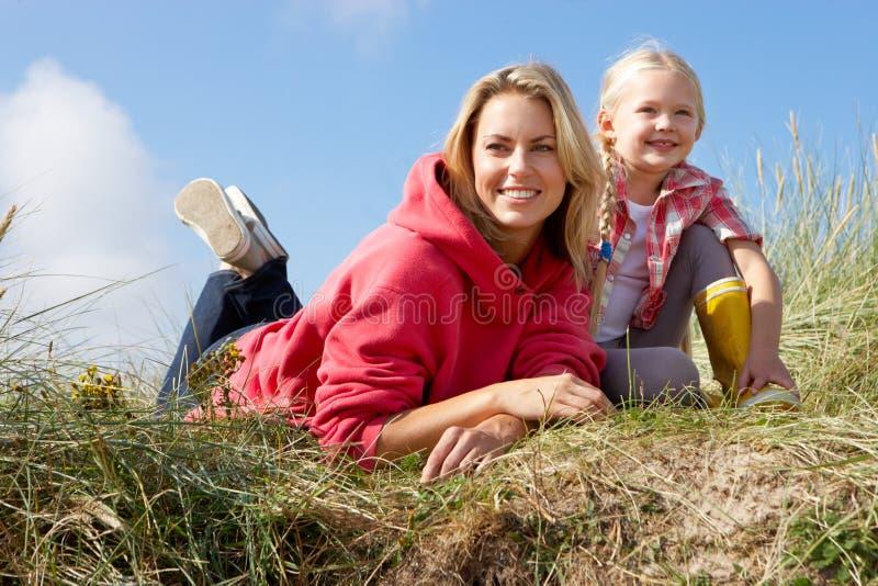 Moeder en dochter in openlucht royalty-vrije stock afbeelding