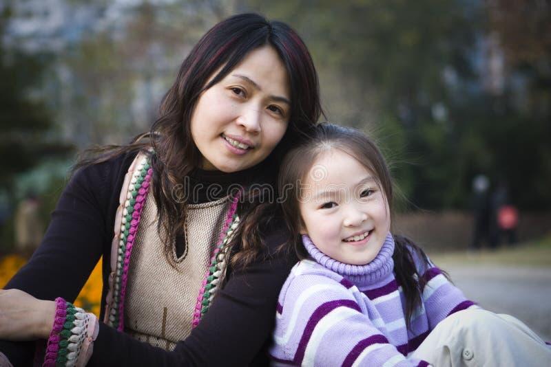 Moeder en dochter in park royalty-vrije stock afbeeldingen