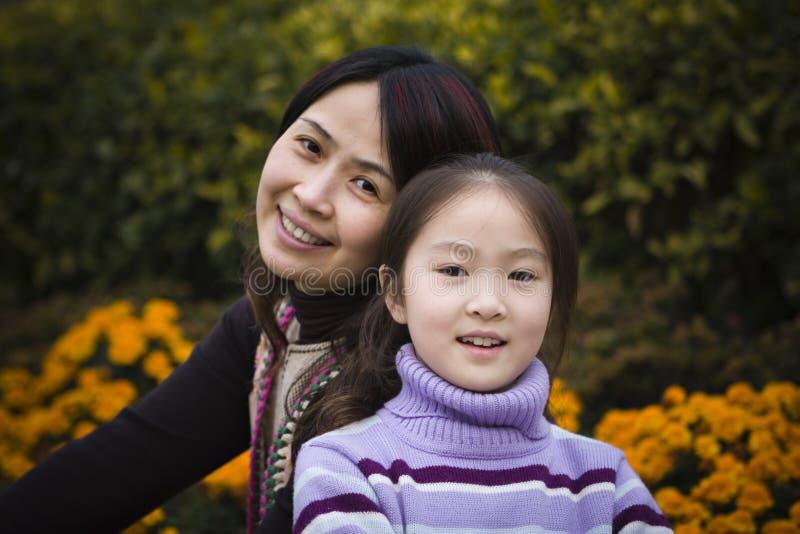 Moeder en dochter in park stock foto's