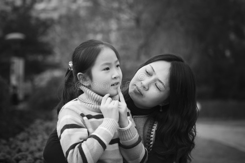 Moeder en dochter in park royalty-vrije stock foto