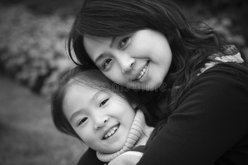 Moeder en dochter in park stock foto