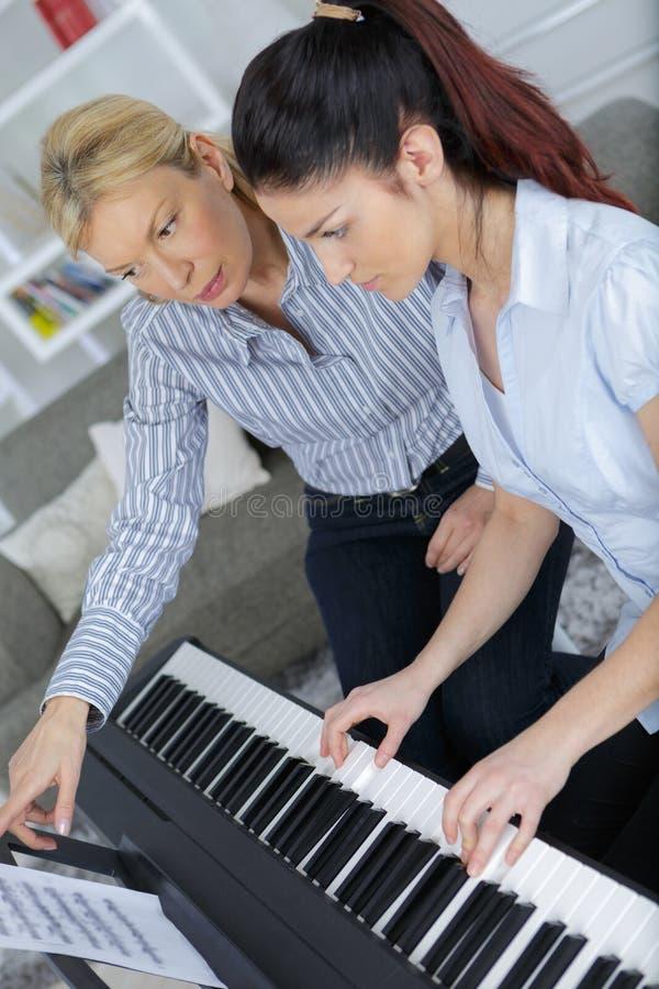 Moeder en dochter speelpiano luchtmening royalty-vrije stock afbeelding