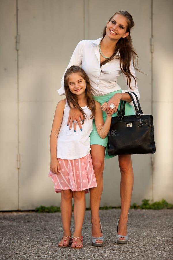 Moeder en dochter in stad stock fotografie