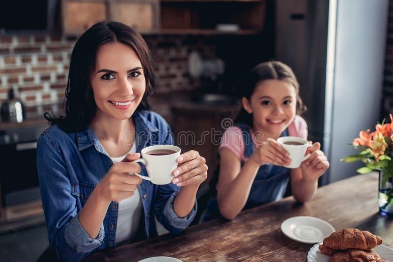 Moeder en dochter thee drinken stock afbeeldingen